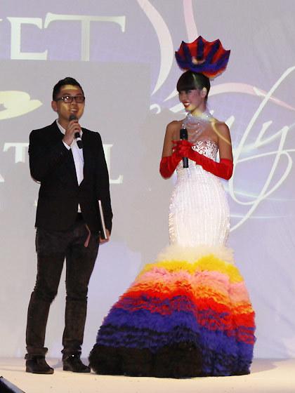 Nhiếp ảnh gia Bobby Nguyễn –trái chia sẻ ý tưởng thực hiện cuốn sách ảnh người mẫu I Model.