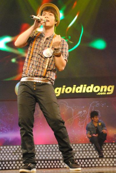Đinh Mạnh Ninh vẫn giữ nguyên phong độ: trẻ trung và tinh nghịch trên sân khấu.