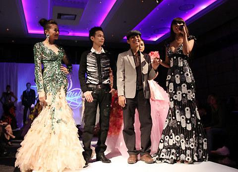 MC Hà Anh cùng người mẫu Thanh Hằng giới thiệu nhà thiết kế Hoàng Hải và đại diện nhãn hiệu Gosto với khán giả.