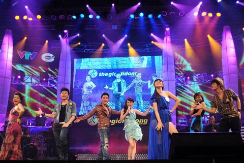 Bảy ca sĩ cùng nhau thể hiện liên khúc với nhóm bè Cadiilac.