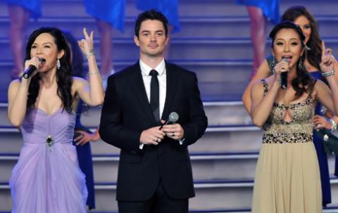 Jennifer Phạm cùng hai MC quốc tế trong đêm chung kết Hoa hậu Trái đất. Ảnh: Hoàng Hà.