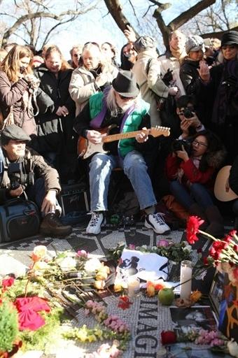 Tại đó, người hâm mộ cùng nhau đàn hát các ca khúc nổi tiếng của huyền thoại âm nhạc.