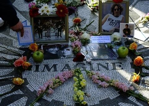 đặt đặt hoa hồng, hoa cúc, thậm chí một quả táo xung quanh dòng chữ Imagine được khảm đá và bức ảnh của đôi vợ chồng John – Yoko.