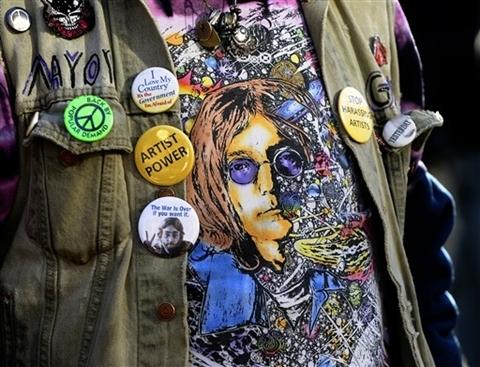 Người hâm mộ với áo in hình John Lennon.
