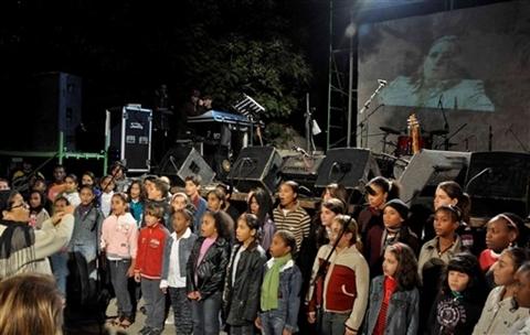 Các em nhỏ Cuba tham gia buổi hòa nhạc ở một công viên thuộc thủ đô Havana tối 8/12