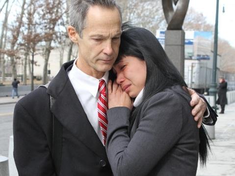 Lý Hương khóc bên ngoài Tòa án Gia đình tiểu bang New York hôm 16/12, bên cạnh luật sư Edward Kratt. Ảnh: New York Daily.