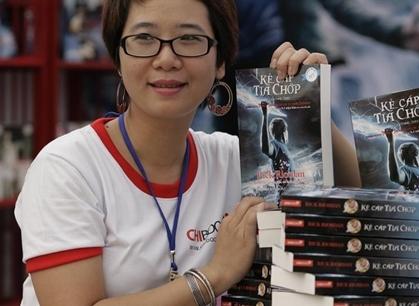 Dịch giả Nguyễn Lệ Chi với cuốn Kẻ cắp tia chớp tại Hội chợ sách tháng 3/2010.