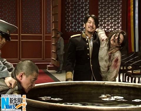 Cảnh quay Nhan Tịch (Phạm Băng Băng) bị Tào Man tra tấn ngay trước mặt người chồng Hầu Kiệt (Lưu Đức Hoa).