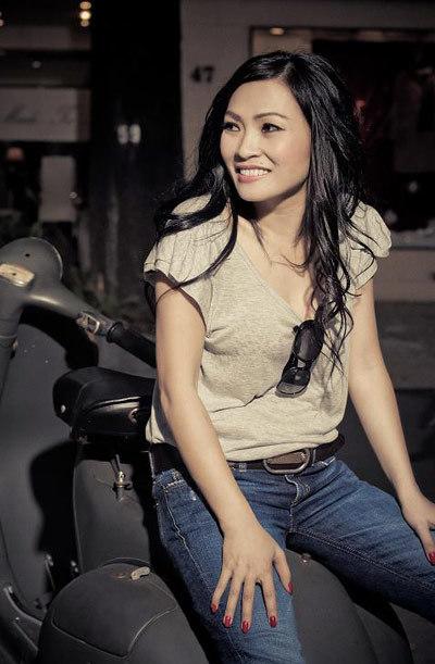 Cô Chanh giới thiệu 2 bài hát mới trong chương trình chào 2011. Ảnh: PT.