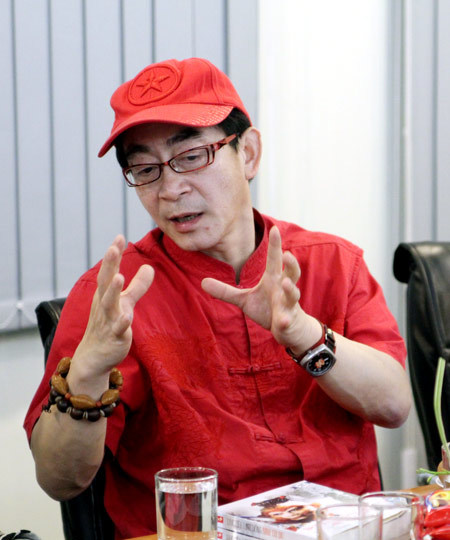 Ở tuổi 51, Lục Tiểu Linh Đồng có tác phong nhanh nhẹn, khỏe khoắn và ông tỏ ra cởi mở, vui vẻ, thích nói đùa.
