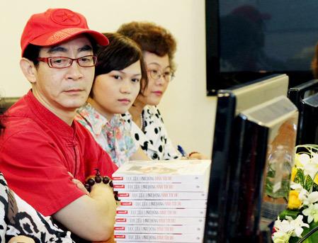 Diễn viên Lục Tiểu Linh Đồng lắng nghe phiên dịch chuyển ngữ câu hỏi của độc giả.