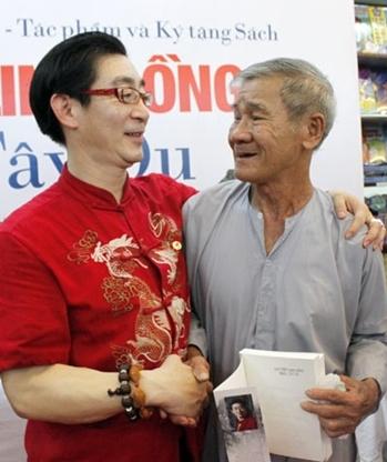 Quá đông khán giả đến với buổi giao lưu khiến cho Lục Tiểu Linh Đồng chỉ đủ thời gian ký tặng sách mà không thể chụp ảnh cùng mọi người. Vì thế, độc giả 82 tuổi (phải) không giấu vẻ ngỡ ngàng khi diễn viên kỳ cựu mời chụp ảnh kỷ niệm. Ảnh: Thoại Hà.