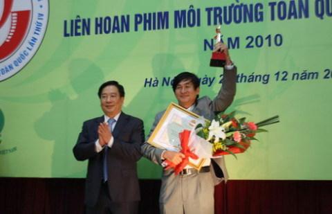Thứ trưởng Nguyễn Thái Lai trao tặng giải Việt Nam Xanh cho đạo diễn Lê Hoài Phương. Ảnh: st.