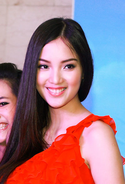 """Là đại diện cho thương hiệu """"Kim cương tuyết"""" của tập đoàn thời trang, người đẹp Huỳnh Bích Phương đã có buổi giao lưu và tặng quà với các khán giả vào ngày 29/12 tại TP HCM."""