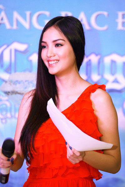 Dù cuộc thi Hoa hậu Việt Nam đã qua khá lâu, khi người đẹp xuất hiện trên sân khấu giao lưu cô nhận được khá nhiều câu hỏi về kỷ niệm trong những ngày dự thi nhan sắc.