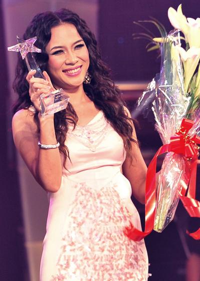 Mỹ Tâm sung sướng nhận cúp lưu niệm của chương trình với vị trí ban giám khảo cuộc thi.
