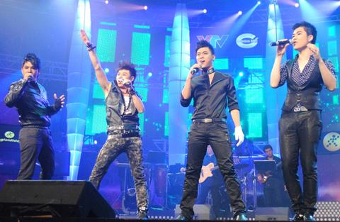 4 chàng trai (từ trái sang phải):