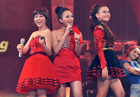 Ba cô gái xinh đẹp (từ trái sang phải): Hà Hoài Thu,