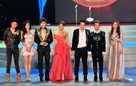 Các ca sĩ nằm trong Top 10 ca sĩ được yêu thích do độc giả bình chọn, từ phải qua: Thanh Thảo, Đàm Vĩnh Hưng, Cao Thái Sơn... Một số ca sĩ vắng mặt tại lễ trao giải do bận việc.