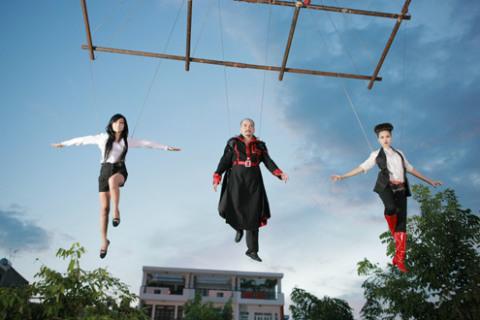 Một cảnh hậu trường cảnh bay trên không của các diễn viên.