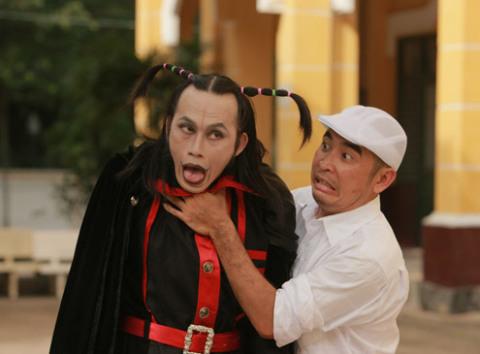 Đạo diễn Lê Bảo Trung đùa với Hoài Linh trong một cảnh quay.