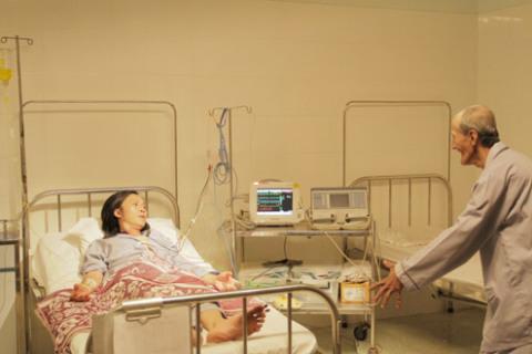 Mở đầu phim là cảnh nhà văn Nam Linh nằm trong bệnh viện đầy xác chết di động.