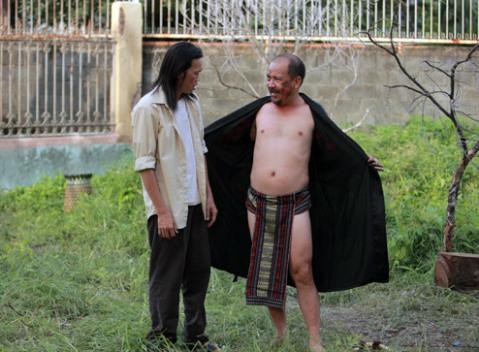 """Hoài Linh và Hoàng Sơn là hai """"cây cười"""" trong phim. Tuy vậy, có khán giả cho rằng, hai danh hài phải gồng mình để tạo tiếng cười trong phim."""