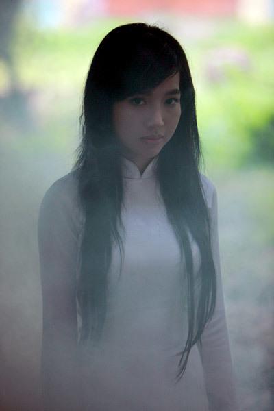 Bên cạnh hình ảnh nữ sinh, Elly Trần có nhiều cảnh khoe vẻ gợi cảm trong phim.