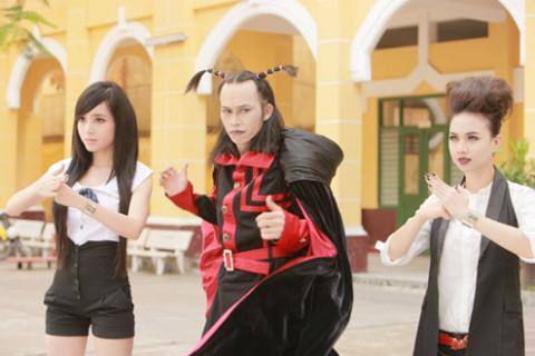 Từ trái qua: Elly Trần, Hoài Linh và Đinh Ngọc Diệp trong vai 3 hồn ma.
