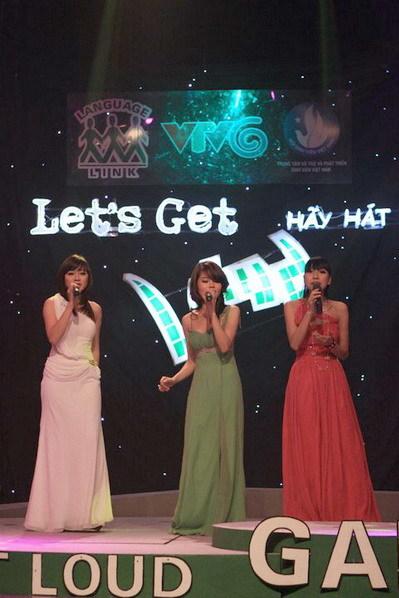 Ba cô gái trường Đại học Ngoại thương phiêu với bản ballad