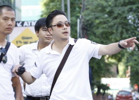 Đạo diễn Victor Vũ trên trường quay