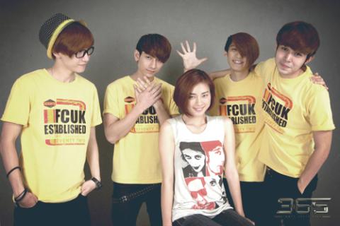 Hình ảnh Ngô Thanh Vân bên 4 thành viên còn lại của nhóm 365.