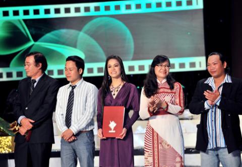 """Đạo diễn Đào Bá Sơn (trái) cùng tập thể phim """"Long Thành Cầm giả ca"""" nhận giải Cánh diều vàng 2010. Ảnh: Lý Võ Phú Hưng."""