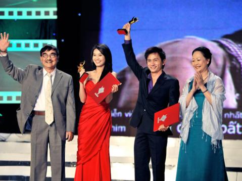 NSND Thế Anh (trái) và diễn viên Mai Hoa (phải) trao giải Diễn viên xuất sắc cho Ninh Dương Lan Ngọc (áo đỏ) và Đình Toàn. Ảnh: Lý Võ Phú Hưng
