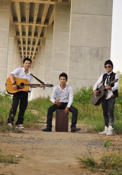 It's Time chơi nhạc theo phong cách Acoustic.