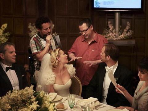 Đạo diễn Lars von Trier (áo đỏ) đang trao đổi với các diễn viên trong một cảnh quay.