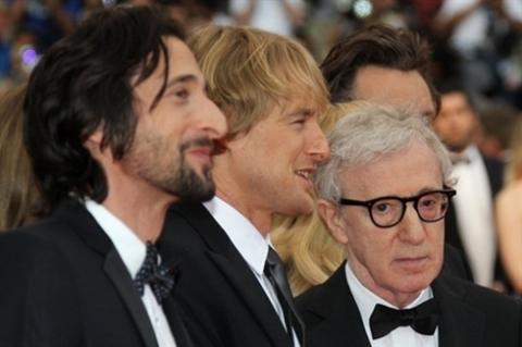 """(Từ trái sang) Hai diễn viên Adrien Brody, Owen Wilson và đạo diễn Woody Allen hào hứng ra mắt bộ phim của họ """"Midnight in Paris""""."""