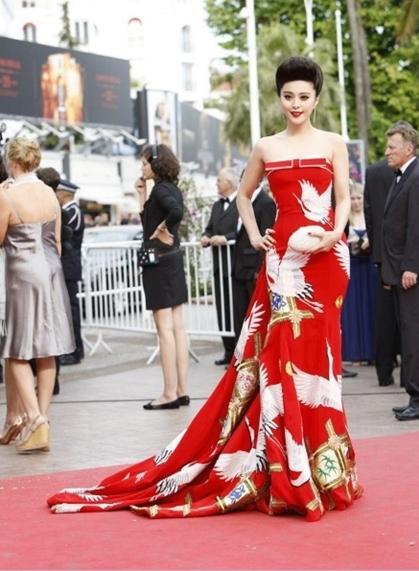 Người đẹp Trung Quốc Phạm Băng Băng lộng lẫy trong váy đỏ.