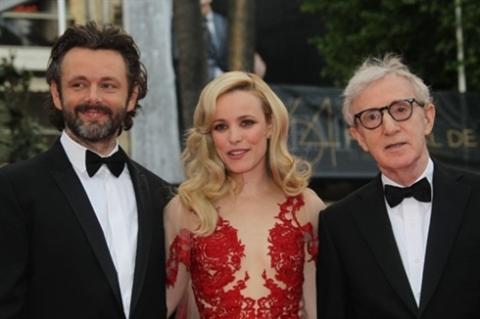 """Woody Allen chụp ảnh cùng hai ngôi sao khác trong dàn diễn viên """"MIdnight in Paris"""" là Michael Sheen và Rachel McAdams."""