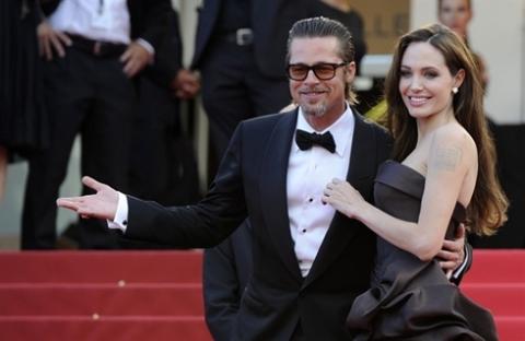 Đôi tình nhân nổi tiếng Angelina Jolie và Brad Pitt tỏa sáng trên thảm đỏ.