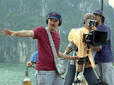 Đạo diễn Bùi Thạc Chuyên trên trường quay phim 'Chơi vơi'.