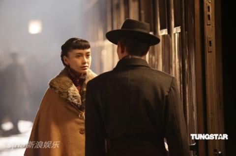 Angelababy vai kỹ nữ Tiểu Phụng Tiên và Lưu Đức Hoa vai Đô đốc Thái Ngạc.