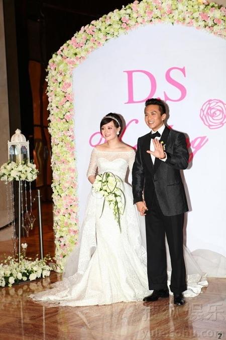 Tôn Lệ đã mang thai trước khi kết hôn nên trông cô khá bầu bĩnh trong bộ váy cô dâu.