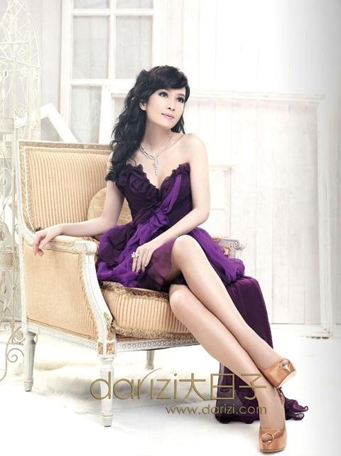 Châu Huệ Mẫn (Vivian Chow) kết hôn với người chồng, nhà văn Nghê Chấn (Joe Nieh) vào năm 2009.
