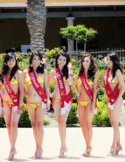 Phan Thị Mơ (thứ bai từ trái qua) bên các người đẹp tham dự cuộc thi Miss Asia USA.