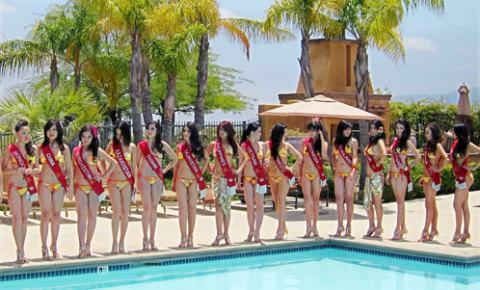Các người đẹp tạo dáng bên bể bơi.