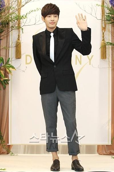 Nam ca sĩ Se7en, bạn trai của Park Han Byul. Đôi uyên ương không đi cùng nhau lúc đến dự đám cưới.