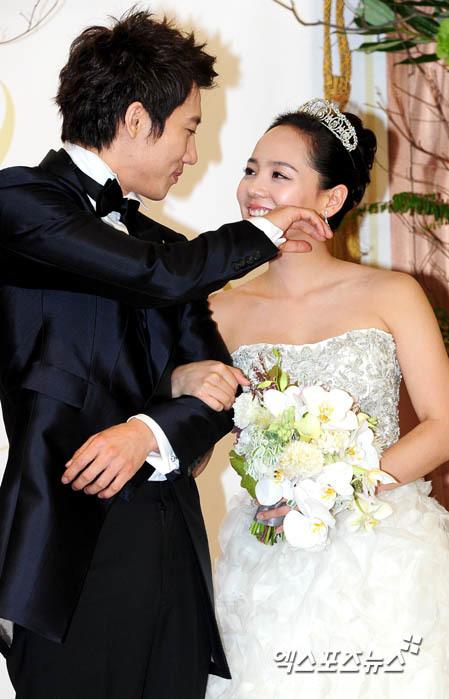 Cô dâu chú rể chụp ảnh và phát biểu trước báo chí trước khi chính thức cử hành hôn lễ.