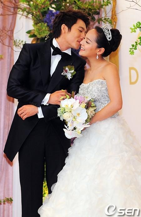 Đám cưới không quá linh đình mà chỉ có sự tham gia của hai gia đình cùng bạn bè của cô dâu chú rể.