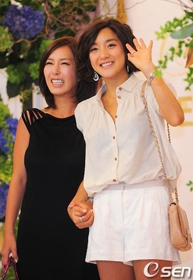 Hai thành viên Shoo và Bada của nhóm S.E.S cũng đến chúc mừng người bạn trong ngày lên xe hoa.